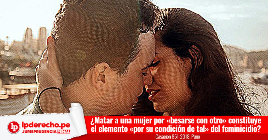 mujer besándose con un hombre con logo de LP