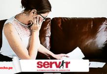 trabajadora revisa documentos con logo de Servir