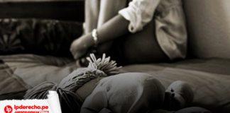 Niña sentada en una esquina triste y afectada por agresiones sexuales