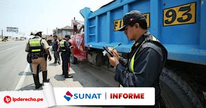 Policia interviniendo un camión con logo de informe de la Sunat y LP