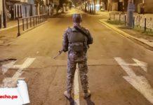 Militar de espaldas en la calle de noche con logo LP