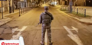 Militar de espaldas en toque de queda logo LP