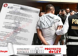 Policía con detenido con la foto de un proyecto ley y logo de LP