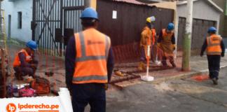 Trabajadores haciendo mantenimiento con logo de jurisprudencia constitucional y LP