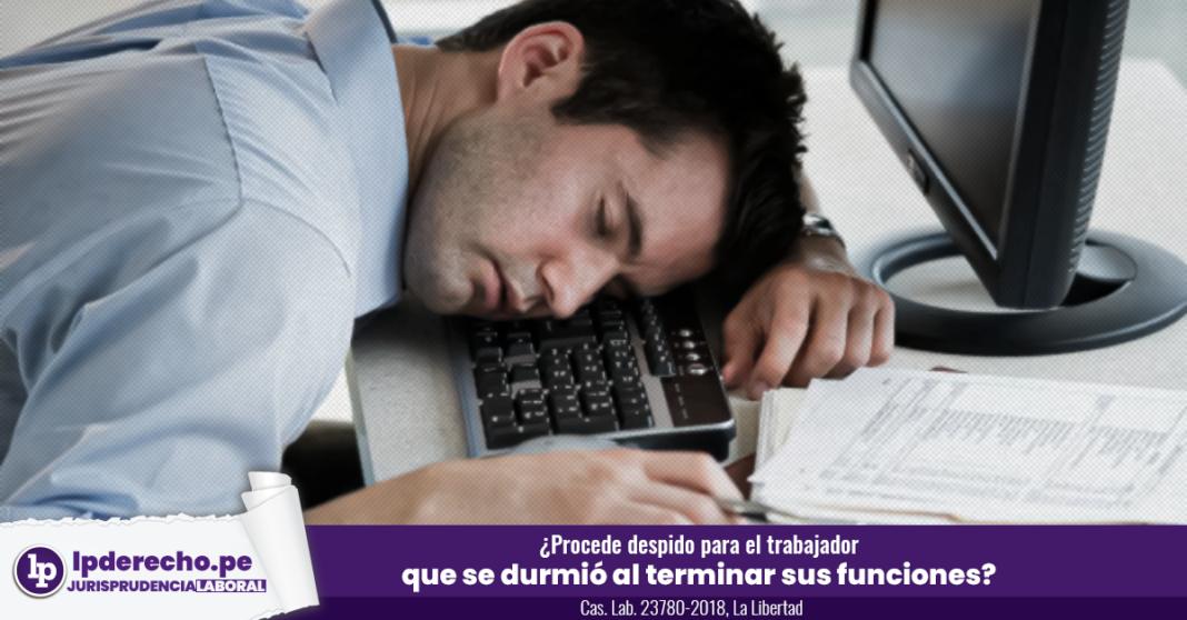 Trabajador durmiendo en la oficina